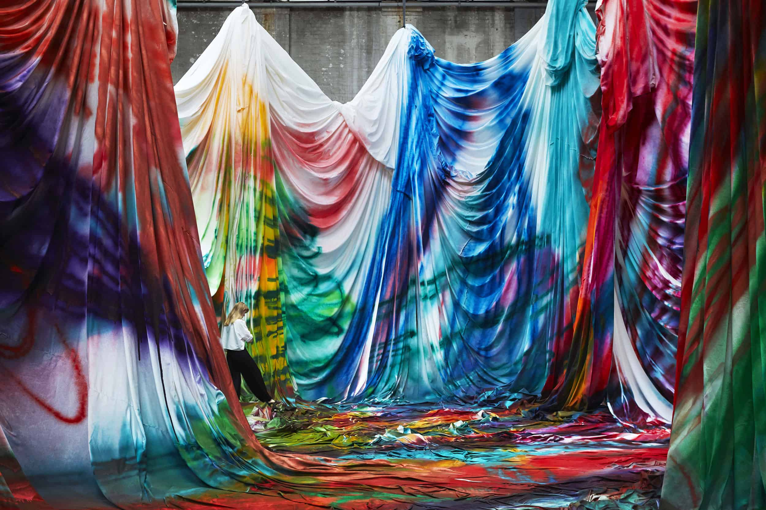 Katharina Grosse, The Horse Trotted Another Couple of Metres, Then It Stopped, 2018, Carriageworks, Sydney, acrylic on fabric, 1.000 x 4.600 x 1.500 cm; Soil, wood, acrylic, styrofoam, clothing, acrylic on glass-fibre, reinforced plastic, © Katharina Grosse and VG Bild-Kunst, Bonn, 2019 / Commissioned by Carriageworks, Sydney Courtesy Gagosian / Foto: Zan Wimberley