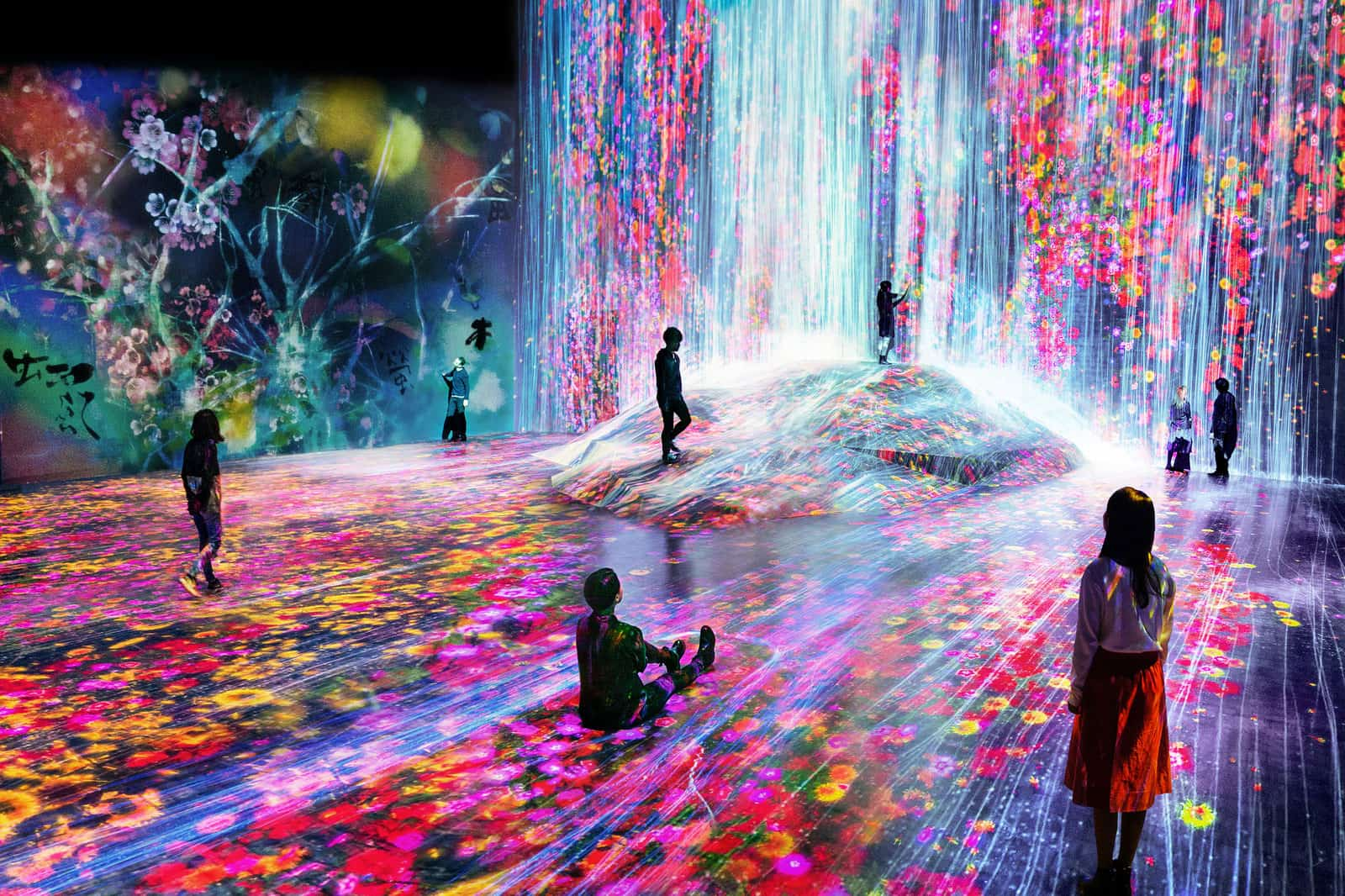 teamLab, Universe of Water Particles in the Tank, Transcending Boundaries 2019, Interactive Digital Environment, Copyright teamLab, Image Courtesy PACE Gallery / Superblue
